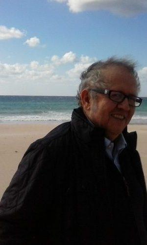 JUAN JOSÉ TÉLLEZ RUBIO (Algeciras, España, 1958). Escritor y periodista.  Colaborador en distintos medios de comunicación (prensa, radio y televisión). Fundador de varias revistas y colectivos contraculturales, ha recibido distintos premios periodísticos y literarios. Fue director del diario Europa Sur y en la actualidad ejerce como director del Centro Andaluz de las Letras.