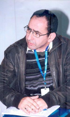 KHALID RAISSOUNI (Casablanca, 1965). Poeta y traductor marroquí. Licenciado en Literatura Árabe de la Facultad de Letras y Humanidades de Tetuán. Desde 1985 participa en Festivales y Encuentros Literarios tanto en Marruecos como fuera. Es miembro de la Unión de Escritores de Marruecos, de la Casa de la Poesía en Marruecos y del Comité Coordinador del WPM. Ha publicado en varios periódicos y revistas marroquíes, árabes y otros. En su poética ha publicado: Más allá del olvido y Libro de los secretos (versión bilingüe, Madrid, 2017).