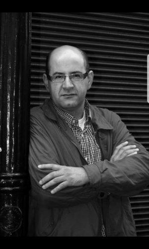 """MEZOUAR EL IDRISSI (Tetuán, 1963). Poeta, crítico y traductor. Doctor en Literatura Árabe, miembro fundador de la """"Liga de los Literatos del Norte"""" y expresidente de la """"Encrucijada De la Poesía Íbero-marroquí"""". Es profesor universitario en la Escuela Superior Rey Fahd de Traducción en Tánger y fue profesor visitante en la UGR y en Arabic School in Middlebury."""