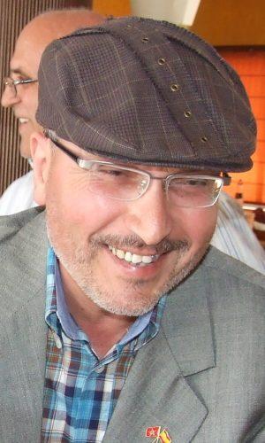 MOHAMED LAHCHIRI (1950). Estudió en Ceuta, Tetuán, Chauen y Rabat. Fue profesor de árabe clásico y de árabe marroquí hablado. Enseñó español desde 1981 hasta el 2010, en que se jubiló. Escribió sus primeros cuentos ceutíes en árabe, que publicó en las páginas literarias de diarios de Casablanca y Rabat, donde colaboró en los años setenta y ochenta con artículos y traduciendo literatura escrita en español.