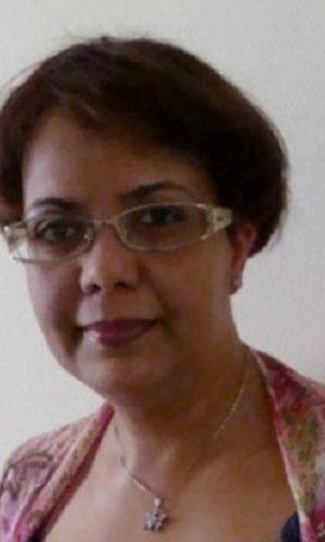 RAJAE BOUMEDIANE EL METNI  (Tánger, 1965) es profesora de francés y traductora del árabe al español. Actualmente está preparando su Tesis Doctoral en la Universidad de Salamanca. Es autora de numerosos artículos en revistas españolas y extranjeras. Ha sido la pionera en rescatar y recuperar la obra de Chukri, agotada hasta el 2012. Se ha dedicado plenamente a la traducción de la obra inédita de Chukri en español, como   Paul Bowles, el recluso de Tánger (Prólogo de Juan Goytisolo, 2012), Jean Genet en Tánger (2013), El loco de las rosas (2015), Tennessee Williams en Tánger (2017) y La jaima (2018).