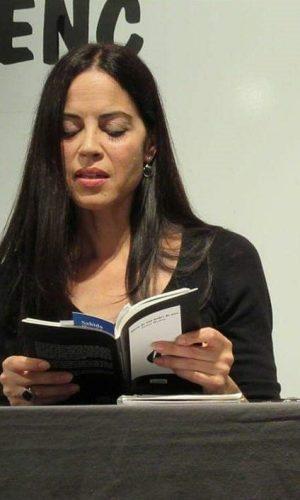 SAHIDA HAMIDO (Terrassa, Barcelona, 1972). Es escritora y poeta. Escribe su primer poema a los 8 años y siempre mantiene una vinculación con el mundo literario. Participa en varias publicaciones y una web literaria, dándose a conocer principalmente a través de un blog y redes sociales. Lectora incansable y amante del arte, Sahida es una mujer que se reafirma en su independencia desde muy joven.